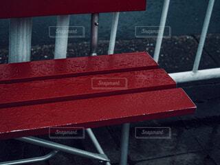 雨粒と赤いベンチの写真・画像素材[4465433]