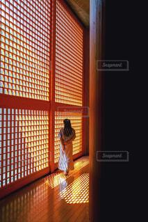 光刺す部屋の写真・画像素材[4437837]