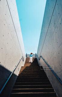 空へ繋がる階段の写真・画像素材[4591760]