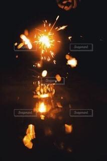 水面に映る華火の写真・画像素材[4678450]