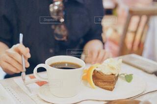 食べ物の皿とコーヒー1杯の写真・画像素材[4579373]
