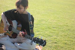ギターを持っている人の写真・画像素材[4583177]