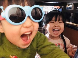 男の子と女の子が爆笑の写真・画像素材[4606264]