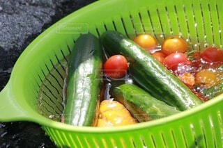 カゴ入り冷やし野菜の写真・画像素材[4655012]