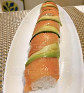 食べ物,屋内,白,テーブル,アボカド,皿,キュウリ,料理,寿司,スモークサーモン,ファストフード,棒寿司