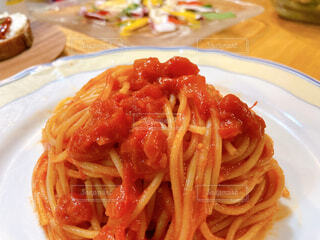 食べ物,テーブル,皿,パスタ,料理,おいしい,トマトソース,スパゲッティ,ソース,イタリア料理,アルデンテ,アラビアータ,アマトリチャーナ,浄水