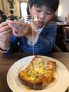 食べ物,子供,フォーク,チーズ,昼食,食べる,ピーマン,ハム,食パン,美味しい,お皿,玉ねぎ,小麦,ケチャップ,とろける,ピザトースト,糖質