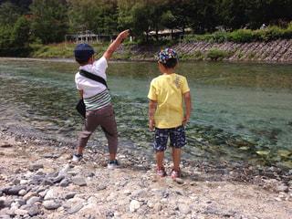川の横に立っている人々 のグループの写真・画像素材[705855]