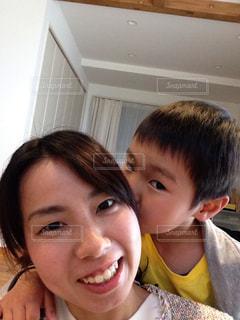 カメラに向かって笑みを浮かべて若い子の写真・画像素材[713030]
