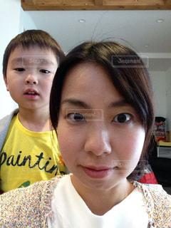 小さな男の子が写真のポーズの写真・画像素材[725497]