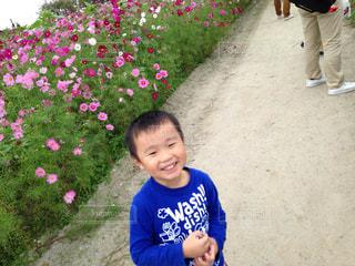 庭に立っている女の子の写真・画像素材[864247]