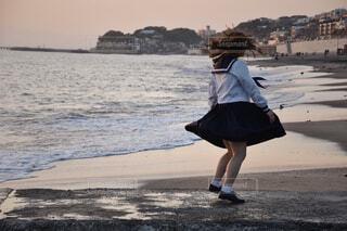 ビーチに立っている人の写真・画像素材[4437838]