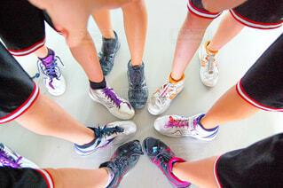 バスケの試合前に円陣を組む足元の写真・画像素材[4437844]