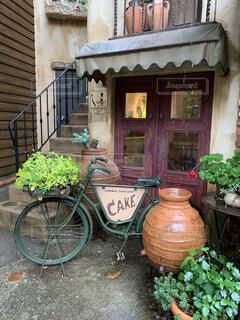 建物の脇に駐車している自転車の写真・画像素材[4438108]