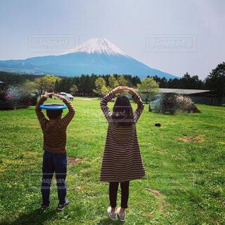 緑豊かな畑に立つ人々のグループの写真・画像素材[4438424]