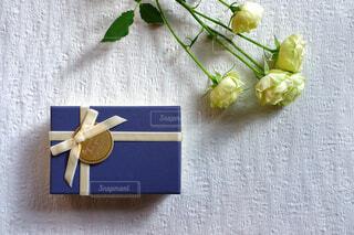 バラと共にプレゼントの写真・画像素材[4444265]