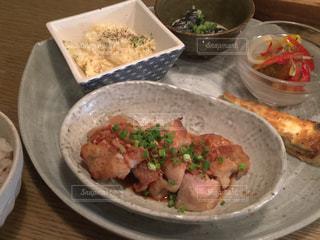 テーブルの上の皿の上に食べ物のボウル - No.750317