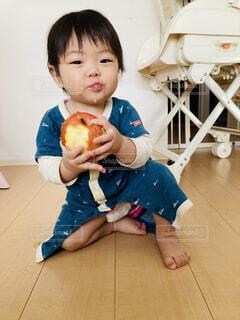 りんごを丸かじりの写真・画像素材[4448211]