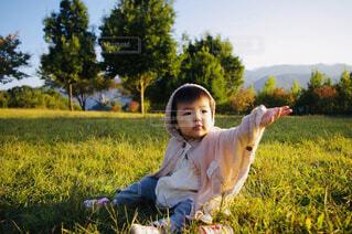 秋の公園でくつろぐ女の子の写真・画像素材[4448236]
