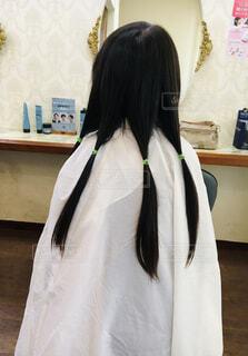 伸ばした髪をヘアドネーションに寄付する女の子の写真・画像素材[4448905]