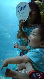 動く魚に大興奮の赤ちゃんの写真・画像素材[4457639]