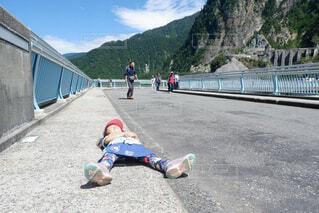 黒部ダムにて 張り切り過ぎて疲れてしまった女の子の写真・画像素材[4457641]