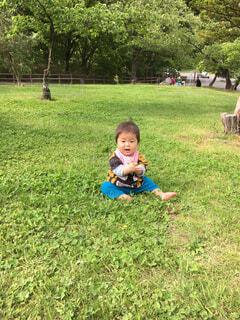 草の上に座る赤ちゃんの写真・画像素材[4512862]