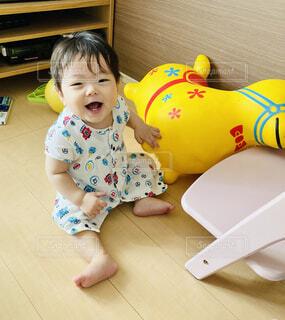 ご機嫌な赤ちゃんの写真・画像素材[4612020]