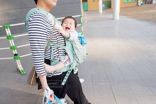 抱っこされてる赤ちゃんの写真・画像素材[4612070]