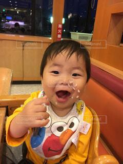 美味しくご飯を食べてる男の子の写真・画像素材[4612088]