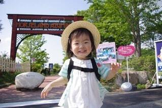 笑顔で駆け寄る女の子の写真・画像素材[4644566]