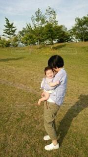 お母さんに抱っこされてる赤ちゃんの写真・画像素材[4653868]