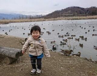 白鳥の湖にて笑顔の男の子の写真・画像素材[4653993]