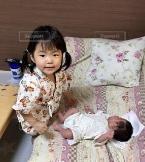 赤ちゃんとお姉ちゃんの写真・画像素材[4653997]