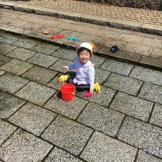 水遊びをする女の子の写真・画像素材[4653999]