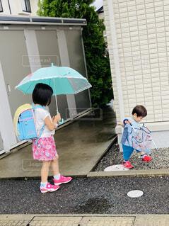 雨の日の登校の写真・画像素材[4654043]