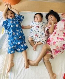 甚平を着て寝転ぶ兄弟の写真・画像素材[4654153]