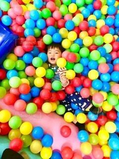 カラフルなボールプールで遊ぶ男の子の写真・画像素材[4654312]