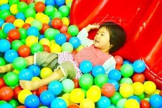 カラフルなボールプールで遊ぶ女の子の写真・画像素材[4654350]