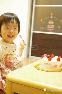 ホールケーキに喜ぶ女の子の写真・画像素材[4654404]
