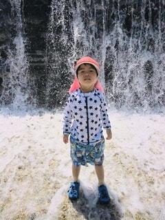 水遊びする男の子の写真・画像素材[4676139]