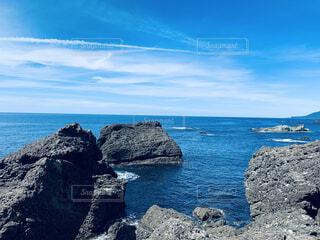 水域の真ん中にある岩の島の写真・画像素材[4675030]
