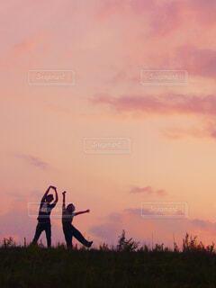 夕日の中に立つ2人の写真・画像素材[4467845]