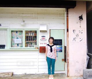 オシャレな建物の前に立つ女性の写真・画像素材[4467886]