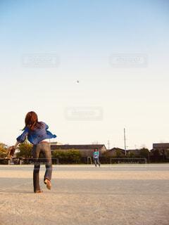 グラウンドでキャッチボールをする2人の写真・画像素材[4467909]