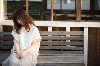 ベンチに座って眠る女性の写真・画像素材[4467927]