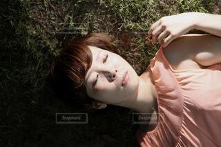 芝生で寝る女性の写真・画像素材[4467938]