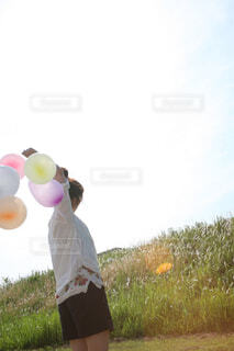 風船の束を持つ女性の写真・画像素材[4468188]