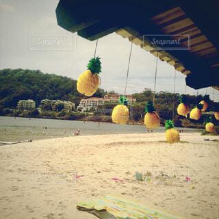 砂浜に飾られたパイナップルのオブジェの写真・画像素材[4468484]