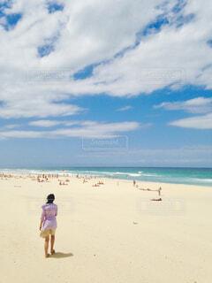 砂浜を歩く女性の写真・画像素材[4468487]